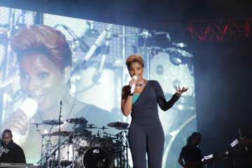 Mary-J.-Blige-at-Jazz-in-the-Gardens-2010